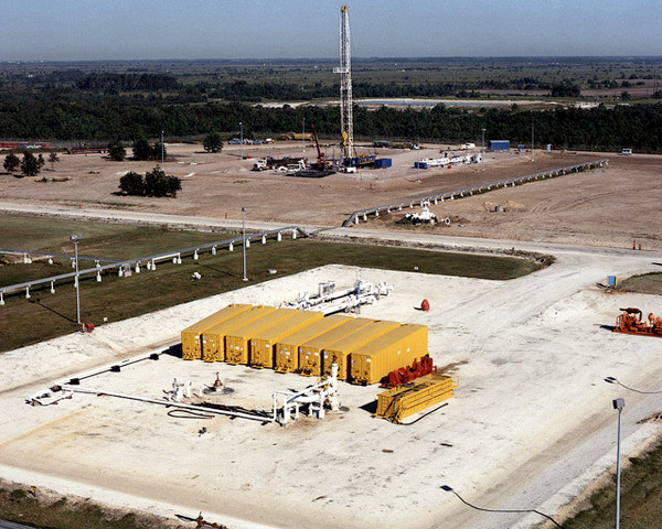 Natural gas drilling energy footprint: Well pads with frack tanks and drilling rig. Photo credit: US DOE.
