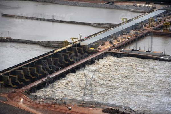 The recently completed Santo Antonio hydroelectric dam on the Madeira River attempts to control record floodwater in February, 2014. Photo: Greenpeace.